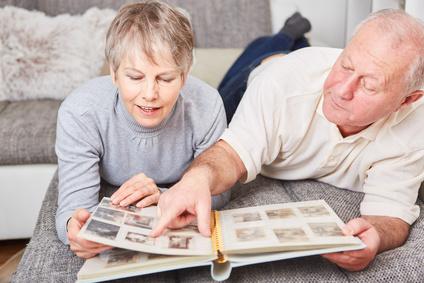 Senioren blttern in einem Fotoalbum